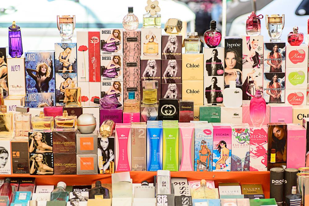 043985b25c A vásárlók csaknem kétharmada piacon vagy az utcán szerzi be a hamis  termékeket Stockphoto